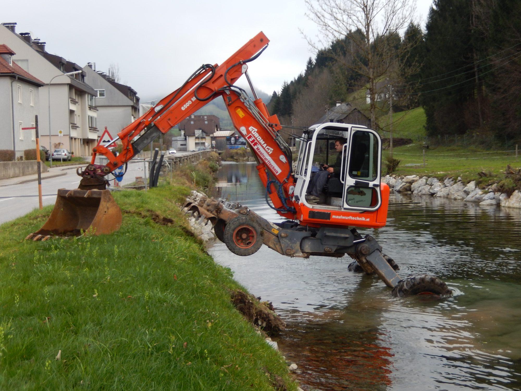 Schreitbagger bei Flussarbeiten