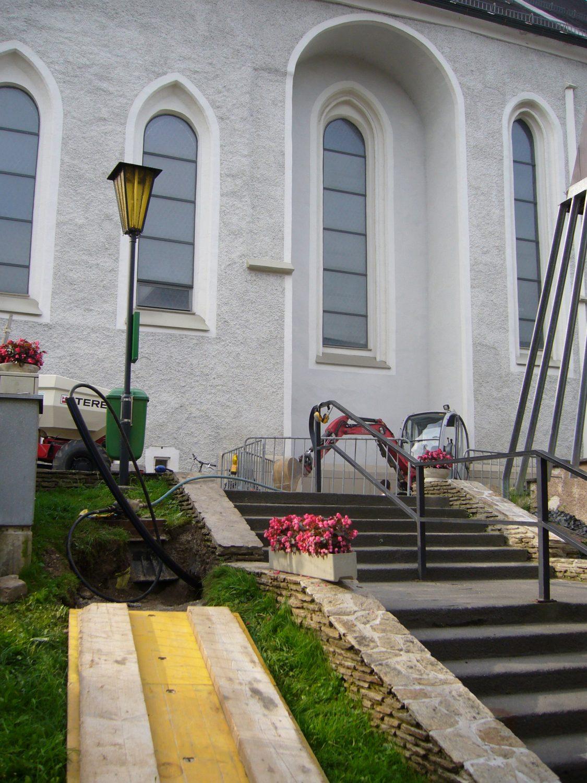 Die Erdrakete beim Verlegen in einem Kirchenaufgang