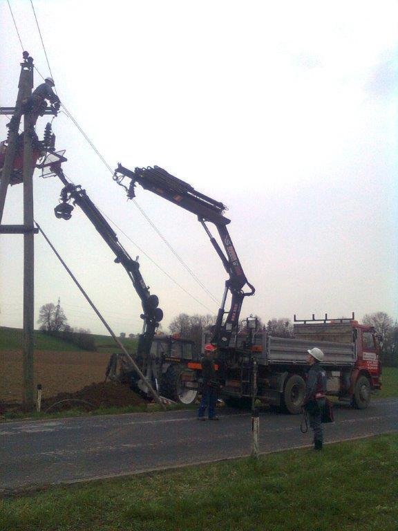 LKW und Traktor bei Strommastarbeiten